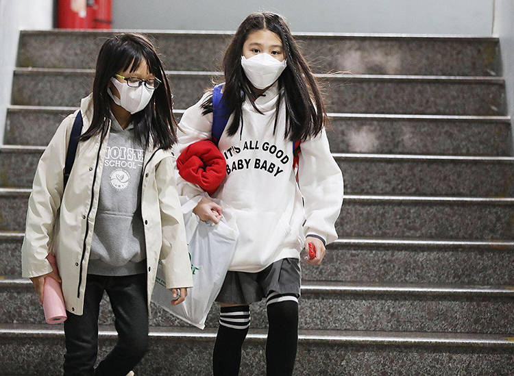 Học sinh Hà Nội đeo khẩu trang đến trường hôm 31/1. Ảnh: Ngọc Thành