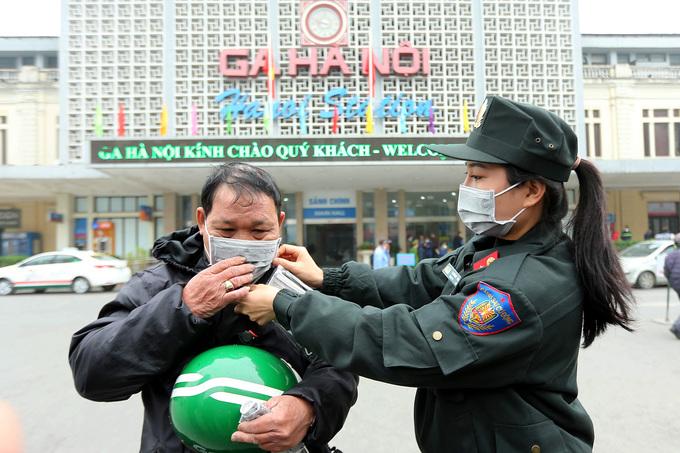 Cảnh sát phát khẩu trang miễn phí