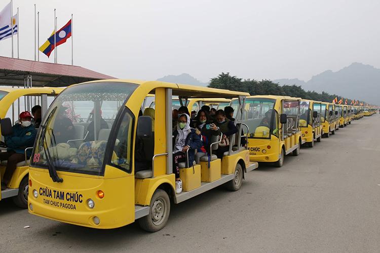 Bến xe điện chùa Tam Chúc (Hà Nam) không còn cảnh chen chúc như mấy ngày trước đó. Ảnh: Tất Định.