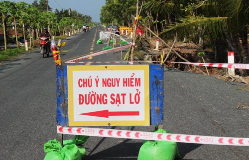 Hàng rào cảnh báo được dựng lên ở hai đầu đoạn sụp lún. Ảnh: Hoàng Hạnh.