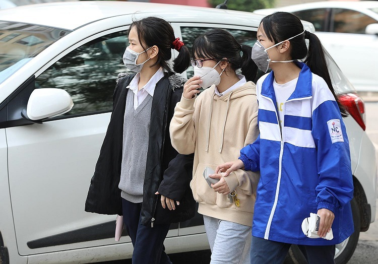 Học sinh tại Hà Nội đeo khẩu trang phòng dịch viêm phổi Corona. Ảnh: Ngọc Thành