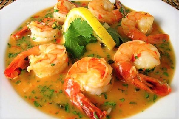 Tôm sốt Tứ Xuyên nên ăn lúc nóng cùng với cơm trắng.