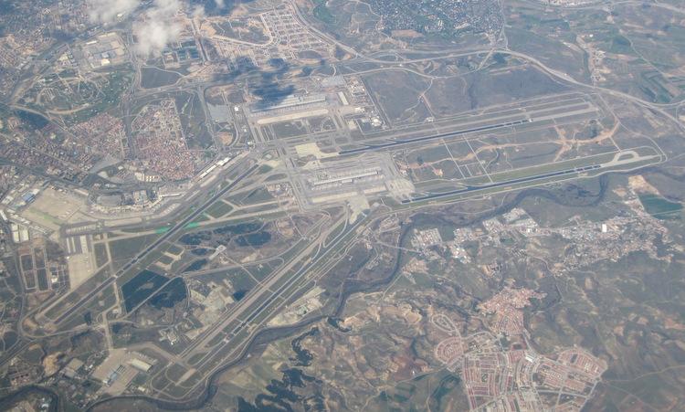 Sân bay Adolfo Suárez Madrid-Barajas nhìn từ trên cao. Ảnh: Wikimedia Commons.
