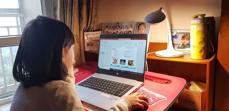 Học sinh cấp tiểu học của trường Wellspring học online tại nhà. Ảnh: Wellspring