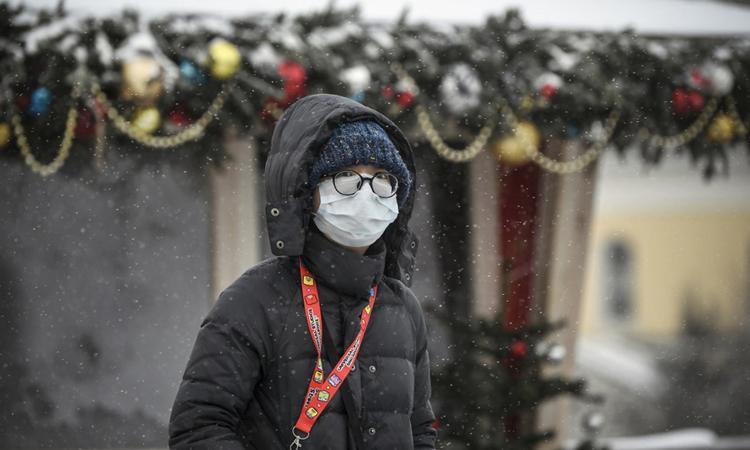 Một du khách đeo khẩu trang y tế khi đi trên đường phố thủ đô Moskva, Nga hôm 29/1. Ảnh: AFP.