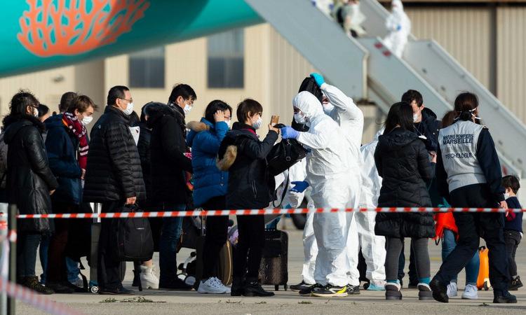 Công dân Pháp được kiểm tra sau khi sơ tán khỏi Vũ Hán hôm 2/2. Ảnh: AFP.