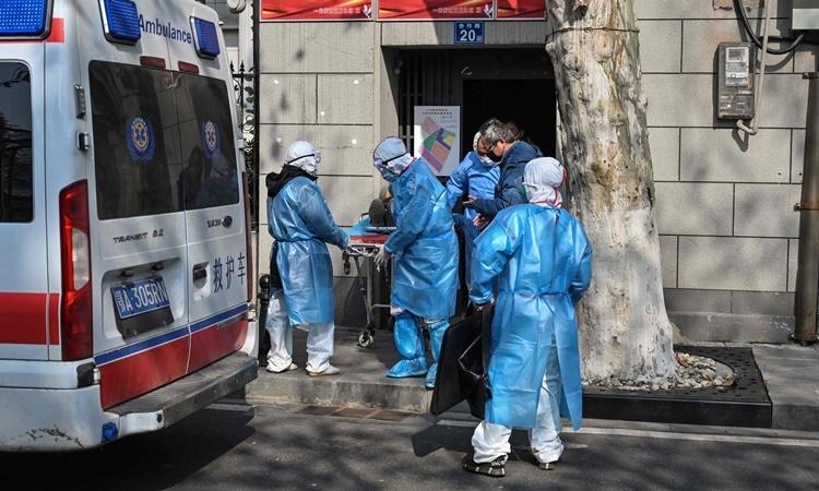 Một bệnh nhân nghi nhiễm virus corona ở Vũ Hán được chuyển tới bệnh viện hồi tuần trước. Ảnh: AFP.