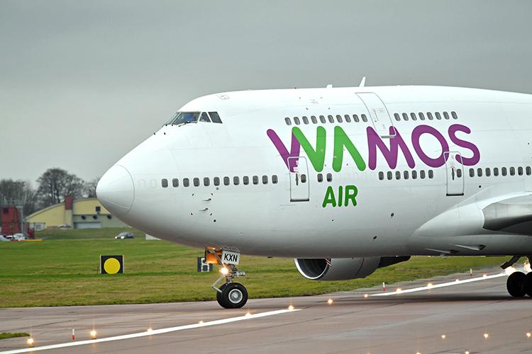 Máy bay thuê của Wamos Air, chở công dân Anhsơ tán khỏi Vũ Hán, đáp xuống sân bay căn cứ Brize Norton, hạt Oxfordshire, Anh hôm 31/1. Ảnh: Reuters
