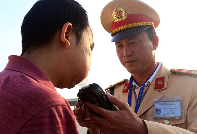 Cán bộ Cục CSGT kiểm tra nồng độ cồn tài xế ôtô trên cao tốc Hà Nội-Hải Phòng hồi đầu tháng 1/2020. Ảnh. Bá Đô