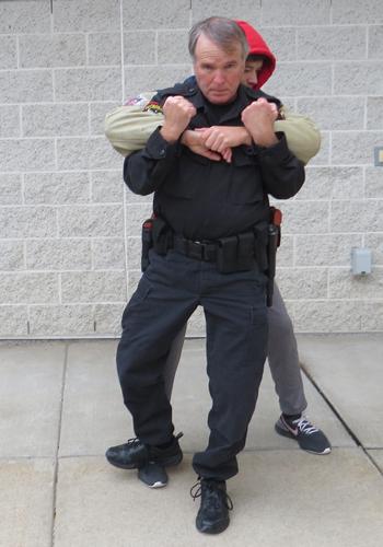 Bước 1. Ảnh: Police One.