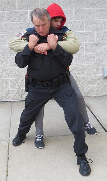 Bước 2. Ảnh: Police One.
