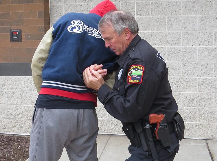 Bước 4 - Kiểm soát. Ảnh: Police One.