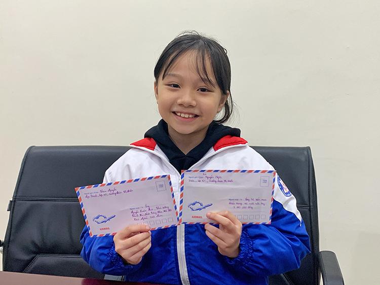 Nguyễn Ngọc Trinh mang theo lá thư và số tiền hơn 3 triệu đến Thành đoàn chiều 5/2. Ảnh: Mai Anh