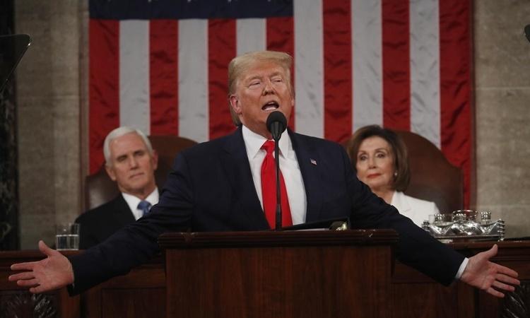 Trump đọc Thông điệp Liên bang 2020 tại quốc hội Mỹ tối 4/2, phía sau ông là Phó tổng thống Pence (trái) và Chủ tịch Hạ viện Pelosi. Ảnh: Reuters.