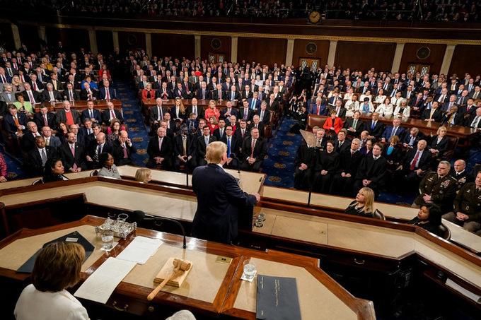 Các quan chức Mỹ theo dõi Trump phát biểu. Ảnh: AFP.