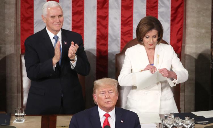 Trump đọc Thông điệp Liên bang 2020 tại quốc hội Mỹ tối 4/2, phía sau ông là Phó tổng thống Pence (trái) và Chủ tịch Hạ viện Pelosi. Ảnh: AFP.