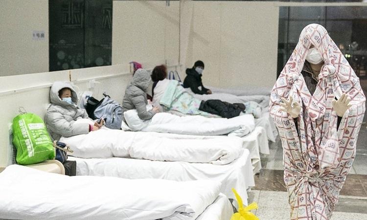 Bệnh nhân nhiễm nCoV được điều trị tại bệnh viện dã chiến ở Vũ Hán hôm 5/2. Ảnh: AFP.