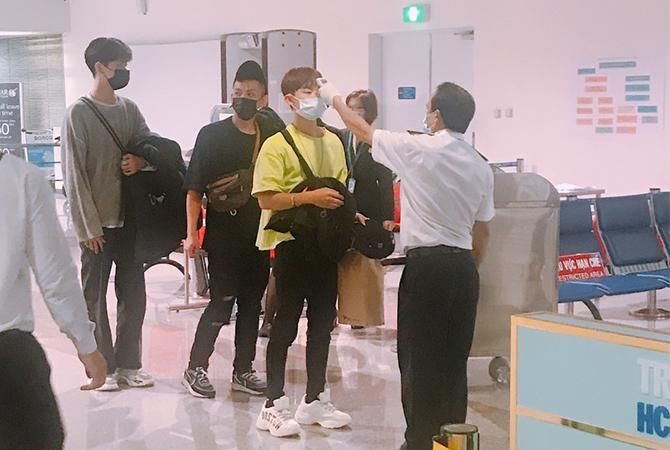 Đo thân nhiệt hành khách tại sân bay Tân Sơn Nhất. Ảnh: ACV.