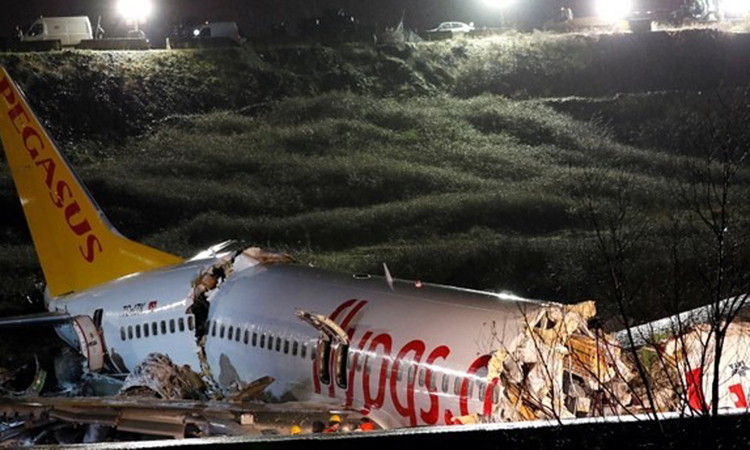 Hiện trường máy bay của Pegasus vỡ làm ba ở sân bay thành phố Istanbul hôm 5/2. Ảnh: Reuters.