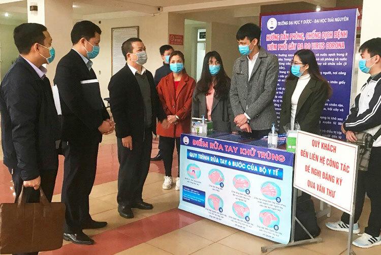 GS Phạm Hồng Quang, Giám đốc Đại học Thái Nguyên(thứ ba từ trái qua)kiểm tra công tác phòng chống dịch tại trường thành viên, Đại học Y Dược.