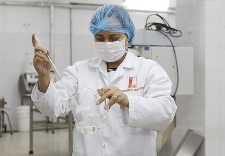 Giảng viên Đại học Bách khoa Hà Nội đang pha chế dung dịch. Ảnh: Thanh Hằng