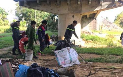 Lực lượng cứu hộ mang đồ lặn để tìm kiếm thi thể Khánh. Ảnh: Đại Hiệp.