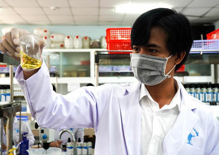 Tiến sĩ Dư kiểm tra tỷ lệ hoà trộn giữa các chất trong phòng thí nghiệm. Ảnh: Phước Tuấn
