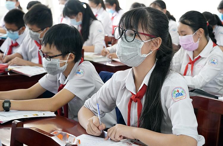 Học sinh trường THCS TP Bến Tre đeo khẩu trang trong lớp trưa 7/2. Ảnh: Hoàng Nam.