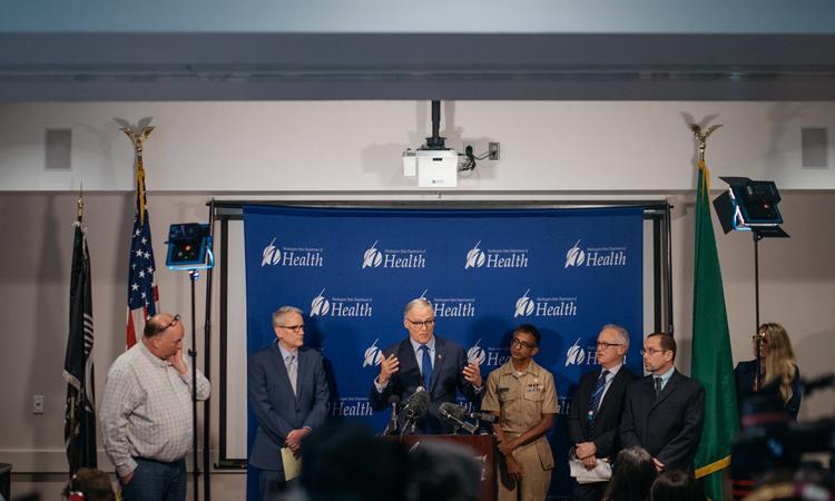 Thống đốc bang Washington Jay Inslee họp báo về ca nhiễm virus corona đầu tiên tuần trước. Ảnh: NY Times.