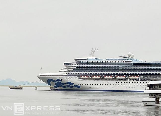 Du thuyền Diamon Princess chở theo 2.700 khách và 1.000 thủy thủ đậu ở Hòn Khoai ngày 28/1. Ảnh: Anh Tú
