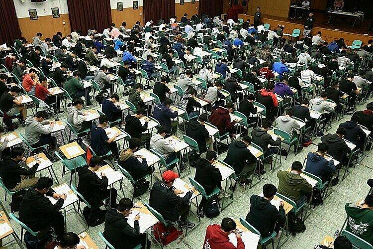 Học sinh trong một kỳ thi ở Hong Kong. Ảnh: SCMP