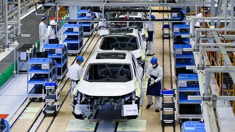 Công nhân làm việc trong nhà máy Honda tại Vũ Hán, tháng 4/2019. Ảnh: Nikkei