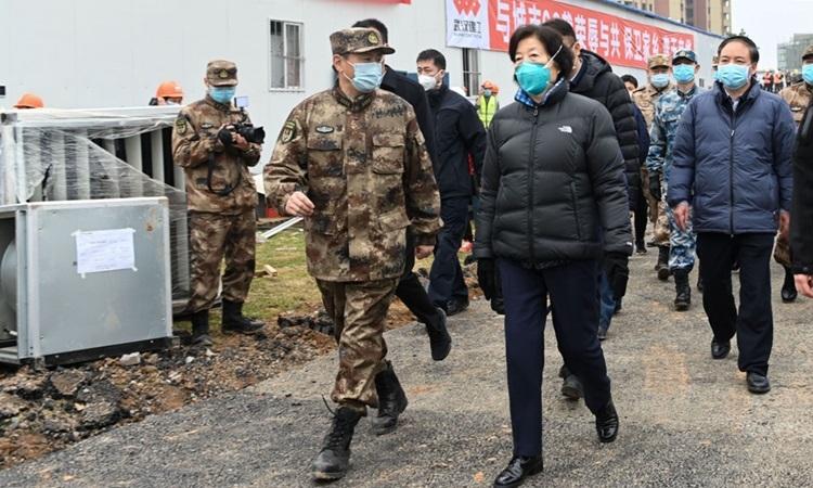Phó thủ tướng Trung Quốc Tôn Xuân Lan kiểm trabệnh viện dã chiến Hỏa Thần Sơn ở Vũ Hán hôm 2/2. Ảnh: Xinhua.