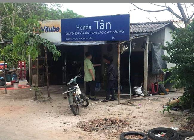 Căn nhà cũng là nơi Tân hành nghề sửa xe. Ảnh: C.A