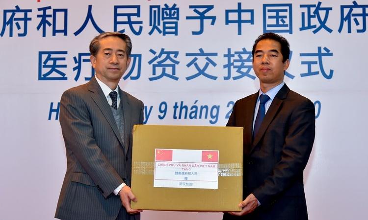 Thứ trưởng Ngoại giao Việt Nam Tô Anh Dũng (phải) và Đại sứ Trung Quốc Hùng Ba tại buổi lễ trao tặng diễn ra hôm nay. Ảnh: Bộ Ngoại giao Việt Nam.