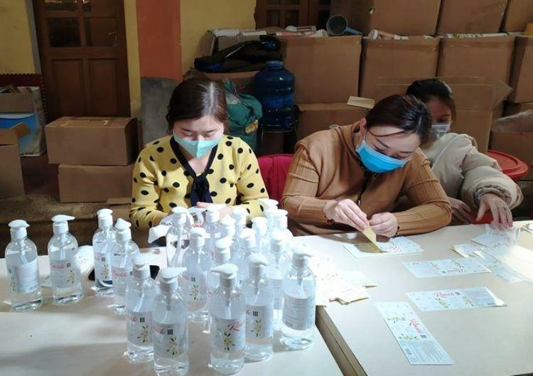 [Hàng nghìn chai nước rửa tay sát khuẩn của công ty này đã được Sở Y tế tỉnh Thái Bình kiểm nghiệm, xác định chất lượng không đảm bảo theo quy định. ẢNh: CATB