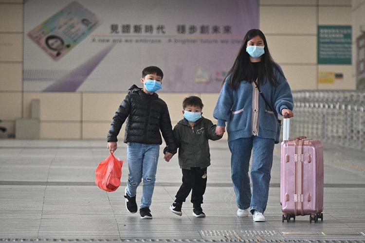 Người dân đeo khẩu trang tại khu vực cảng Hong Kong hôm 8/2. Ảnh: AFP