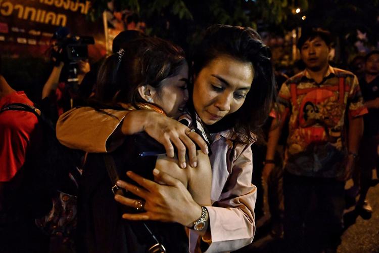 Các nạn nhân ôm nhau sau khi được cảnh sát giải cứu khỏi Terminal 21 hôm 8/2. Ảnh: AFP