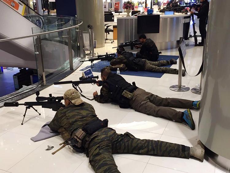 Cảnh sát đặc nhiệm vào vị trí sẵn sàng khi nỗ lực khống chế tay súng trong Terminal 21 hôm 8/2. Ảnh: AFP