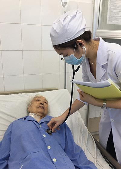 Bệnh nhân Trương Thị Ba đang được chăm sóc tại viện. Ảnh: Thanh Phong