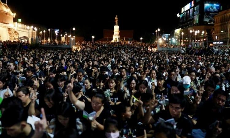 Hàng nghìn người dân tham dự buổi lễ tưởng niệm các nạn nhân thiệt mạng trong vụ xả súng ở thành phố Nakhon Ratchasima, đông bắc Thái Lan, tối qua. Ảnh: Reuters.