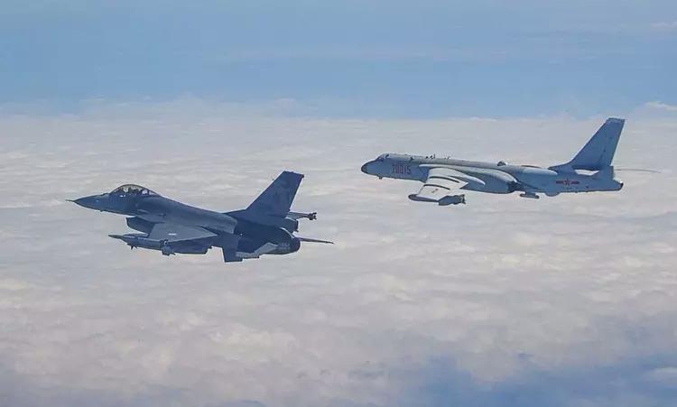 Tiêm kích Đài Loan (trái) bám theo oanh tạc cơ Trung Quốc hôm 9/2. Ảnh: Lực lượng vũ trang Đài Loan.