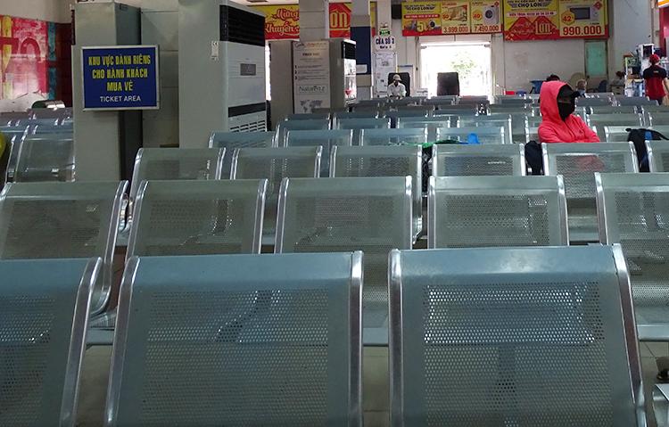 Hàng ghế phòng chờ ga Sài Gònchỉ lác đác vài khách ngồi chờ. Ảnh: Hà An.