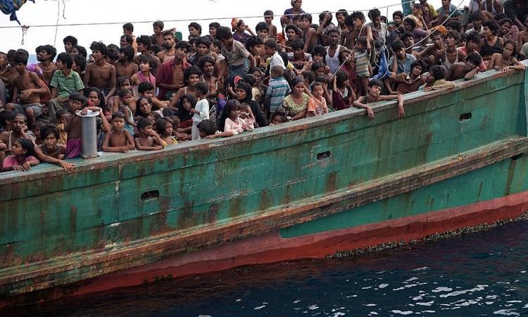 Người di cư Rohingya trên một con thuyền trôi dạt đến đảo Koh Lipe, Thái Lan, hồi tháng 5/2015. Ảnh: AFP.