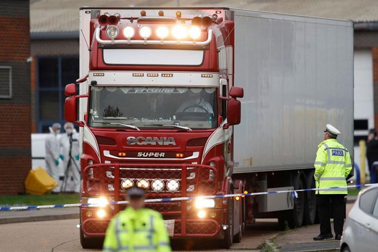 Cảnh sát Anh lái chiếc xe container chứa 39 thi thể người Việt rời khu công nghiệp Grays, hạt Essex, hôm 23/10/2019. Ảnh: DPA