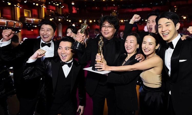 Các đại diện của đoàn làm phim Parasite tại lễ trao giải Oscar tối 9/2. Ảnh: Reuters.