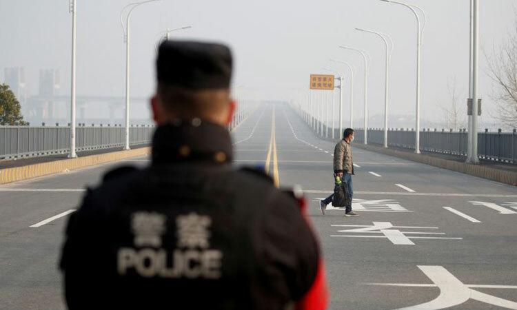 Cảnh sát Cửu Giang canh gác cây cầu nối với tỉnh Hồ Bắc, Trung Quốc. Ảnh: Washington Post.