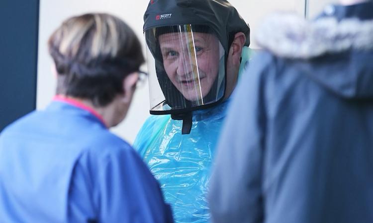 Một bác sĩ Anh mặc đồ bảo hộ hôm 9/2. Ảnh: Telegraph.