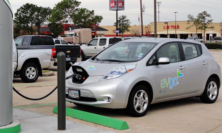 Một mẫu xe điện tại một trạm sạc ở Houston, Mỹ. Ảnh: Wikimedia