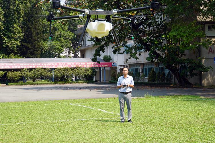 PGS Vũ Ngọc Ánh điều khiển chiếc máy bay phun thuốc trừ sâu. Ảnh: Mạnh Tùng.
